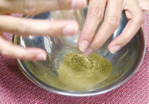 原料を入れ、香りを確認する