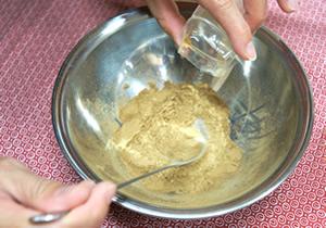 混ぜた原料の香りも確認する